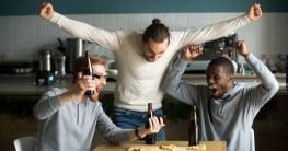 3 chicos celebran haber ganado una apuesta